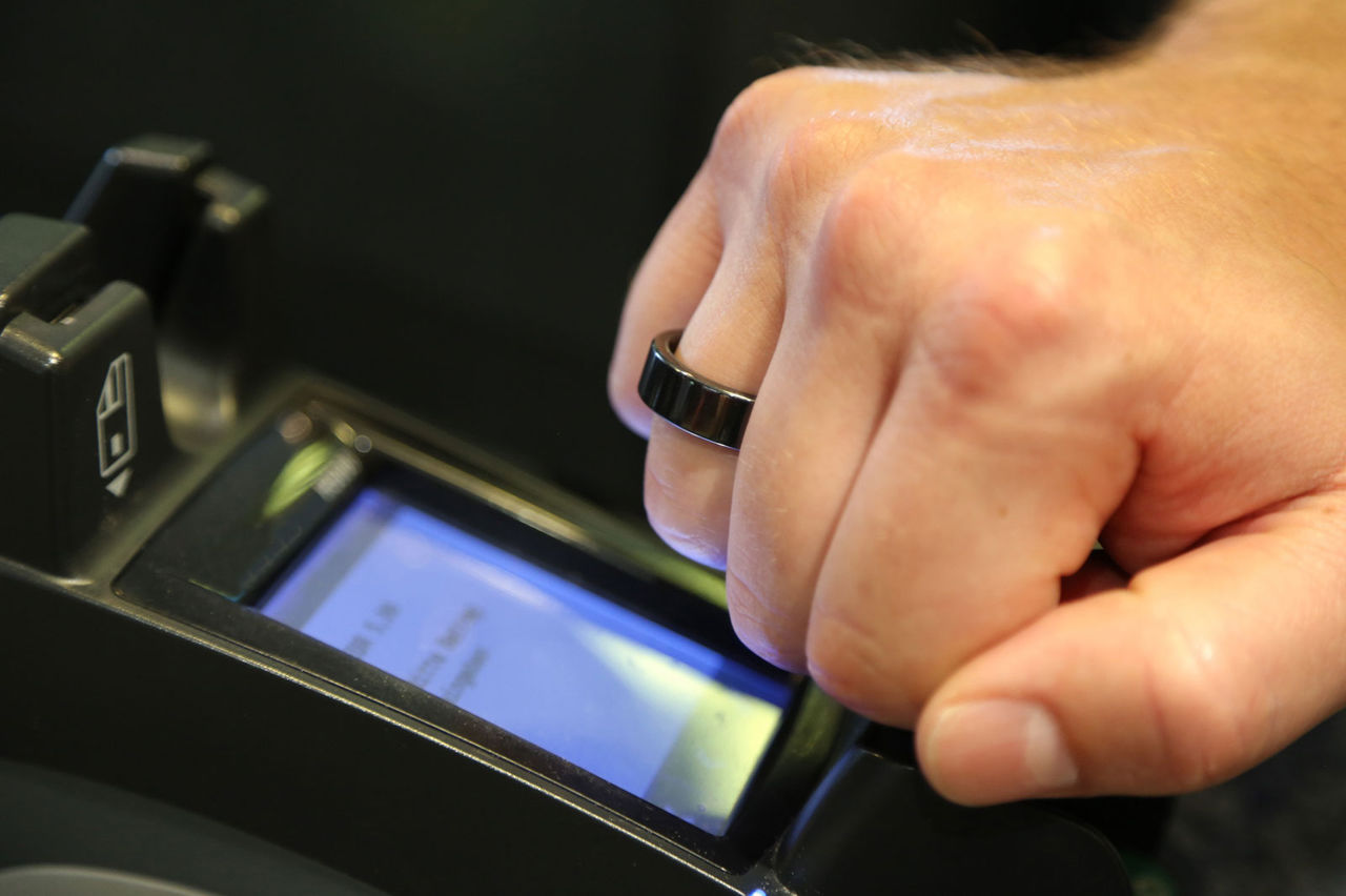 Платежное кольцо Visa от банков Сбербанк и Альфа Банк для оплаты покупок с помощью NFC. Где можно заказать кольцо Виза.